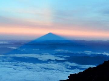 頂上で見た朝日からの影富士。幻想的です!