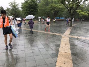 雨脚が強く、ランナーの皆さまもスタート前からすでにお疲れのご様子。